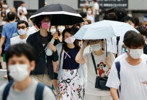 東京・渋谷を歩くマスク姿の人たち=8日午後