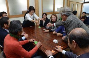 困りごとを書いたカードをやり取りするワークショップで、共助について考えを深める参加者ら=神埼市の神幸館