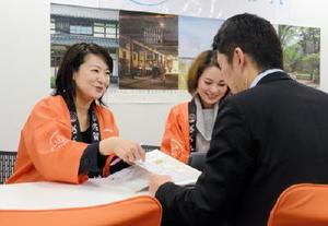 佐賀県が毎週水曜日に福岡市に開設している移住サポートデスク。仕事、生活面それぞれでコーディネーター2人が相談に対応している=福岡市博多区の博多バスターミナル