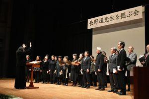 長野さんも生前、テノールパートで参加したという佐賀合唱団による追悼合唱。長野さんの場所を空けて歌った=佐賀県立美術館
