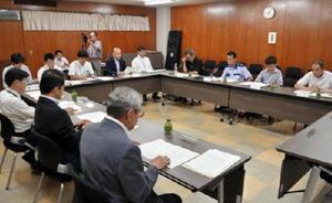 初会合があった鳥栖市市庁舎整備基本計画策定委員会=鳥栖市役所