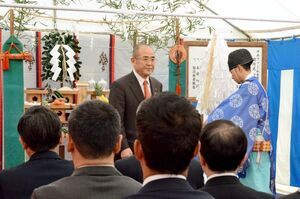 「ゆめファーム全農SAGA」の開所式。神事に参加した秀島市長=佐賀市高木瀬町長瀬