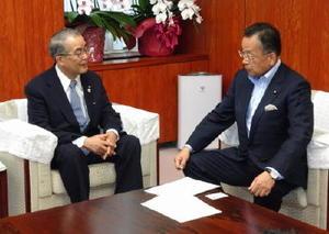 長崎県の中村法道知事(左)が山本有二農相を表敬訪問し、諫早湾干拓の現状などを説明した=東京・霞が関の農林水産省
