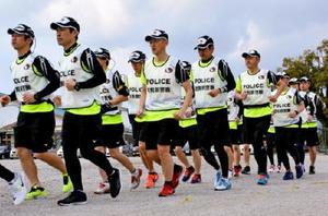さが桜マラソンに向け訓練を行うランニングポリス=佐賀市の県警察学校