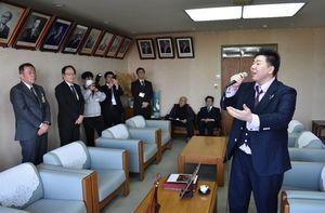 深浦弘信伊万里市長(左から2人目)を表敬訪問し、歌声を披露する篠﨑大輔さん(右)=市役所