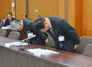 漏水問題で減給処分を受け謝罪する横尾俊彦市長(右)と渕上哲也副市長=多久市役所