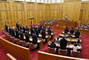玄海原発3、4号機の再稼働を容認する決議案を採決する臨時県議会。賛成多数で可決した=13日午前11時36分、県議会棟
