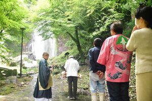 清水の滝で開かれた山開き式。小城市観光協会の役員やコイ料理店の経営者が、観光客の安全を祈った=小城市小城町