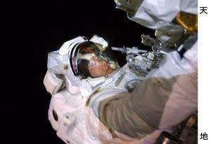 共に船外活動を行ったマーク・バンデハイ宇宙飛行士が撮影した作業中の金井宣茂さん(金井さんのツイッターから)