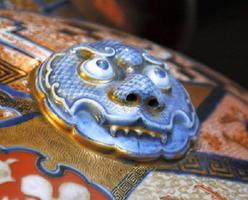 花瓶の上部には、ユーモラスな龍の頭部が彫刻で施されている