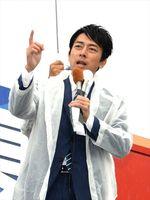 雨の中、熱弁を振るう小泉進次郎氏=武雄市の古川康候補事務所前