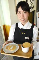 鶴屋菓子舖が発売した「鶴屋のストロープワッフル」=佐賀市の鶴屋佐賀本店