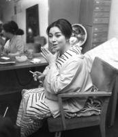 小津安二郎監督の映画「浮草」の撮影を終え、楽屋で話す京マチ子さん=1959年
