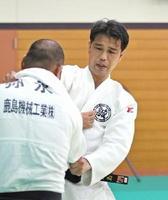 日本ベテランズ国際柔道大会で40~44歳の81キロ以下級で頂点に立った大島和也さん=鹿島市民武道館