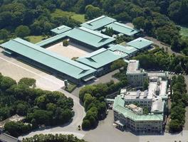 皇居・宮殿。右下は宮内庁