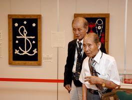 寄贈式であいさつをする角山安笔さん(右)と野中國秀さん=佐賀市川副町の佐野常民記念館