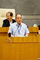 佐賀市議会一般質問で、九州新幹線長崎ルートのフル規格化論について不快感を示した秀島敏行市長=市議会