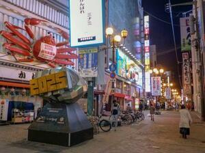 人通りまばらな大阪・ミナミの繁華街=20日