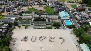 ドローンで撮影した人文字。約600人で「ありがとう」の文字を作った=唐津市鏡の鏡山小学校
