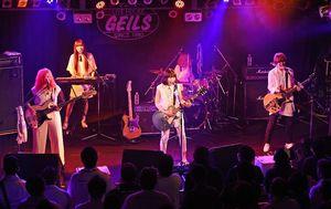 集まったファンに熱い歌声を届けるたんこぶちんのメンバー=佐賀市のライブハウス佐賀GEILS