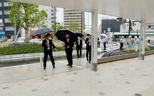 佐賀駅北口広場の整備状況を確認する秀島敏行市長ら=佐賀市駅前中央