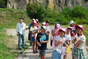 町の観光スポットの見どころや歴史を学ぶ有田まちなか案内ジュニア隊の子どもたち=有田町の泉山磁石場