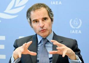 14日、ウィーンでインタビューに応じるIAEAのグロッシ事務局長(共同)