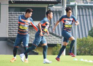 磐田戦に向け、闘志を燃やす鳥栖の選手たち。(左から)DF金敏爀、FW小野、FW金崎=鳥栖市北部グラウンド