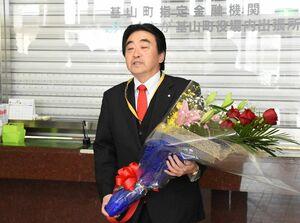 職員を前に2期目への決意を述べる松田一也氏=基山町役場