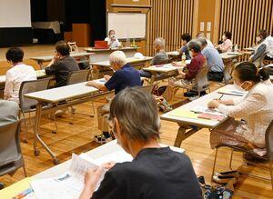 講座で、笹沢左保さんのエピソードなどを聞く参加者=佐賀市富士町の富士公民館
