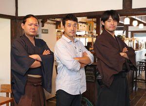 佐賀の八賢人おもてなし隊のメンバーとポーズを決める迫田孝也さん(中央)=佐賀市のこねくり家
