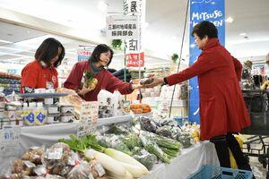 新鮮な佐賀市産の野菜を買い求める買い物客=佐賀市開成のアルタ開成店