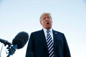 記者団に語るトランプ米大統領=20日、米ネバダ州(AP=共同)