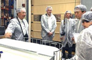 ジャパン・コスメティックセンター(JCC)のアルバン・ミュラー氏の化粧品工場を見学する山口知事=12日、フランス