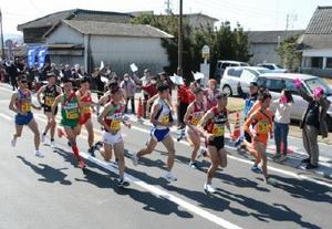 鳥インフルエンザの影響で2区間のレースが中止になり、小城駅前から一斉にスタートする13チームの選手たち=30区