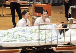 介護技術コンテストで最優秀賞を取った神埼清明高の大隈沙希さん(右)と二宮花音さん(提供写真)