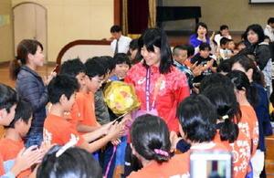 交流会で濱田真由選手と握手する子どもたち=伊万里市の波多津小学校