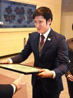栄誉賞の表彰を受ける水泳競技の金持義和選手(大阪体育大大学院、エイベックス所属)=県庁
