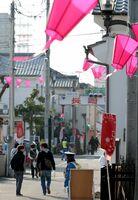 佐賀城下ひなまつりの会場では、時折強い風が吹き、のぼり旗やちょうちんが揺れた=佐賀市柳町