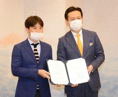 スポーツ事業に協働で取り組む協定を結んだ佐賀県の山口祥義知事(右)と、双日商業開発の近藤哲生社長=県庁