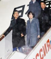 モスクワに到着した安倍首相と昭恵夫人=21日(共同)