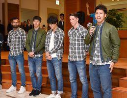 激闘となったシーズンについて報告する(右から)豊田、トーレス、金崎、高橋秀、オマリの5選手=佐賀新聞社