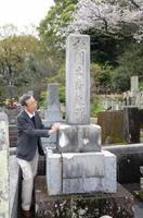 古賀利渉の生家に近い禅寺、清浄院にある「祇園太郎之碑」を守っている金丸允昭さん=小城市小城町