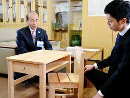「木の優しさを感じ取ってほしい」と話す永淵孝幸町長(左)