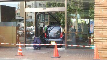 【速報】佐賀銀行本店に車が突っ込…