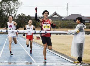 一般10マイルでトップでゴールする的野遼大(MHPS、右から2人目)=唐津市陸上競技場