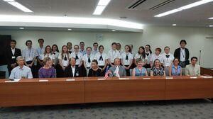 市長の表敬訪問で記念写真を撮るハードリー・ルザーン中学、高校の生徒たち=佐賀市役所