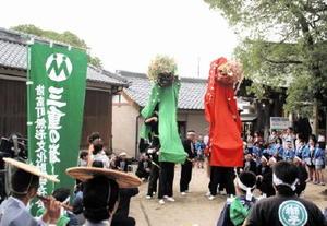 大人3人が肩車をして演じる三段継。獅子頭から取れた紙垂は3枚が「吉」とされる=佐賀市諸富町の新北神社
