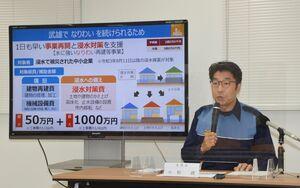大雨で被災した個人と事業者への支援策を発表した小松政市長=武雄市役所