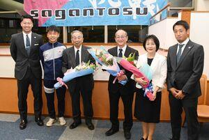 花屋敷の西村享介社長(右から3番目)らに花束を贈ったサガン鳥栖の豊田陽平選手(左端)と高橋義希選手(右端)